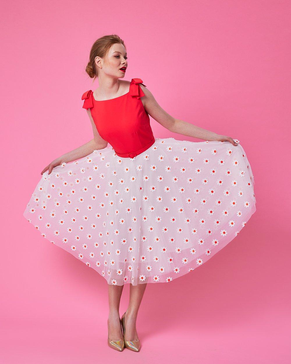 Φόρεμα με απλικέ μαργαρίτες και φιόγκους στους ώμους