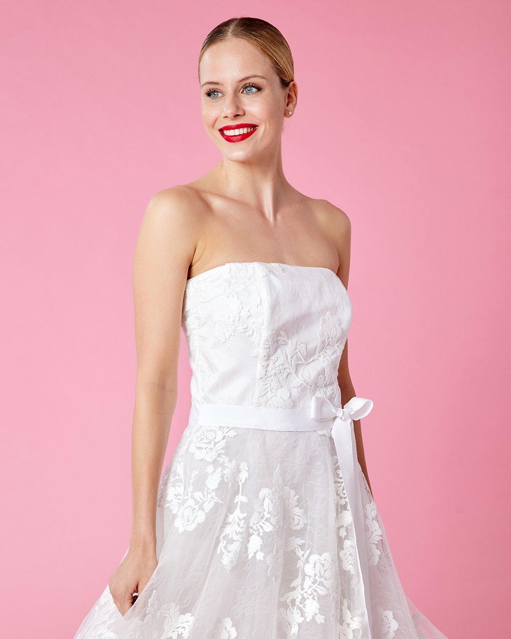 Φόρεμα στράπλες με φλοράλ δαντέλα