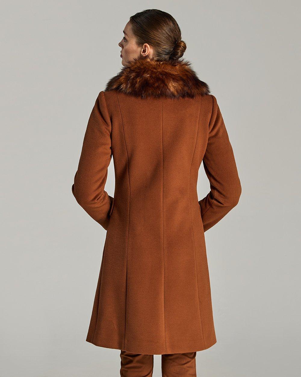 Παλτό με γούνα στο γιακά